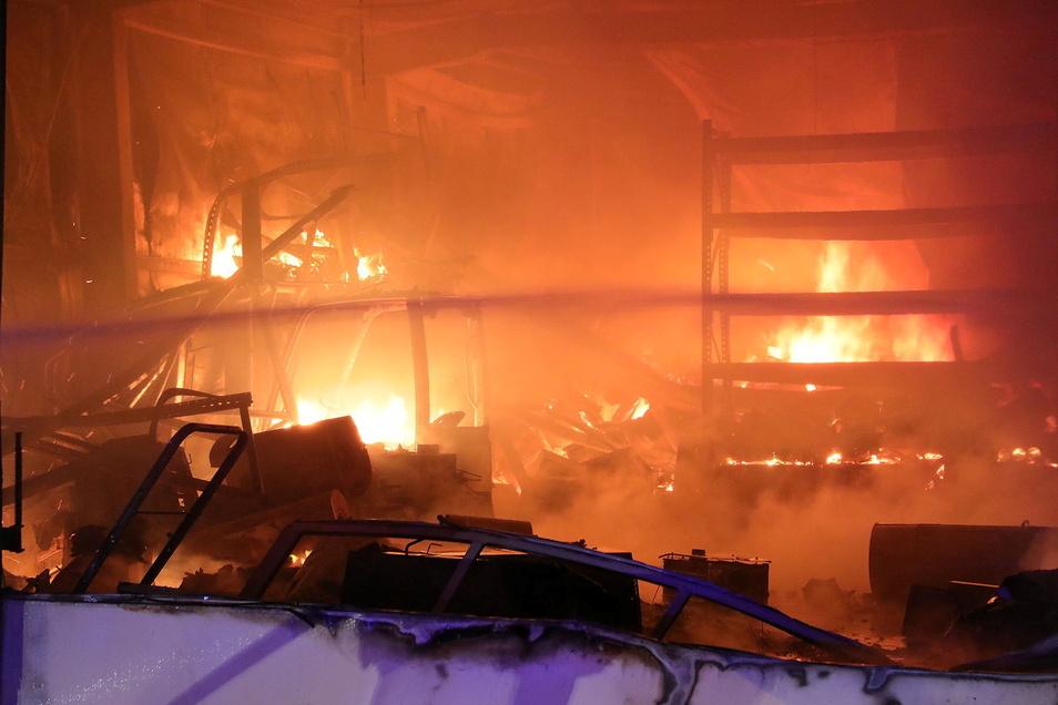 Lichterloh brannte es im Innern der Halle.