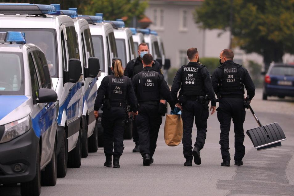 Zahlreiche Polizisten waren am Donnerstag in Großröhrsdorf im Einsatz, nachdem am Mittwoch ein Mädchen nach einer Gewalttat starb.