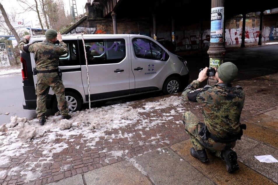 Feldjähger der Bundeswehr nehmen die Schäden an dem Transporter auf.