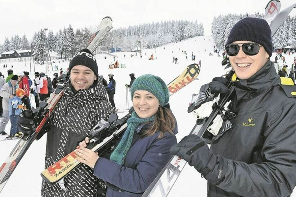 Alexander Wittenberg aus Freital und Schwester Maria aus Dresden sowie Dimitrij Gelmel (v.l.) gehörten zu den Tausenden, die am Wochenende zum Wintersport ins Osterzgebirge gefahren sind. Die Geschwister kamen zum wiederholten Mal nach Altenberg, ihr Freu