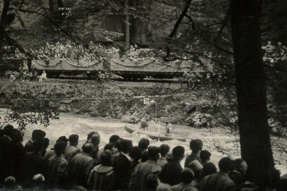 Von beiden Ufern der Roten Weißeritz verfolgten Zuschauer im Sommer 1961 die Wettkämpfe zur WM im Kanu-Slalom und Wildwasserrennsport.