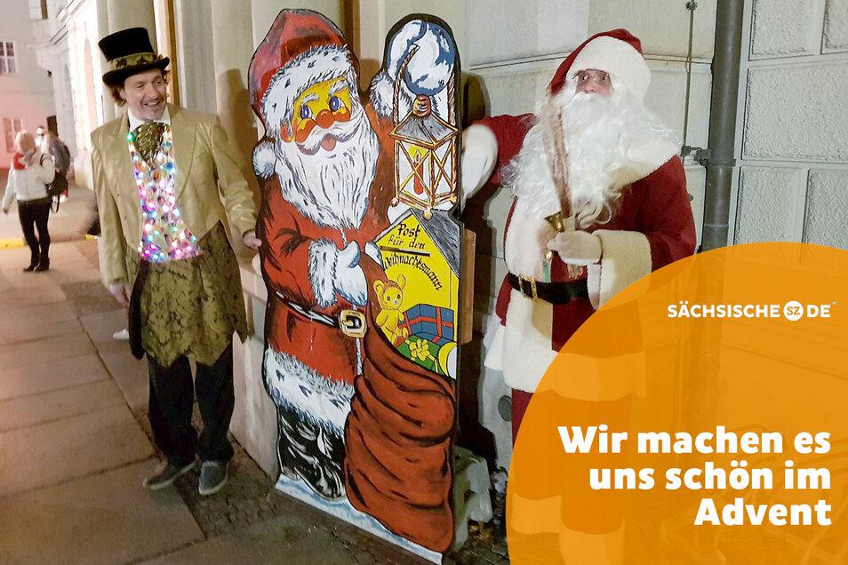 Der Weihnachtsmann am Wunschzettel-Briefkasten, hier mit Zauberer Milko Bräuer.
