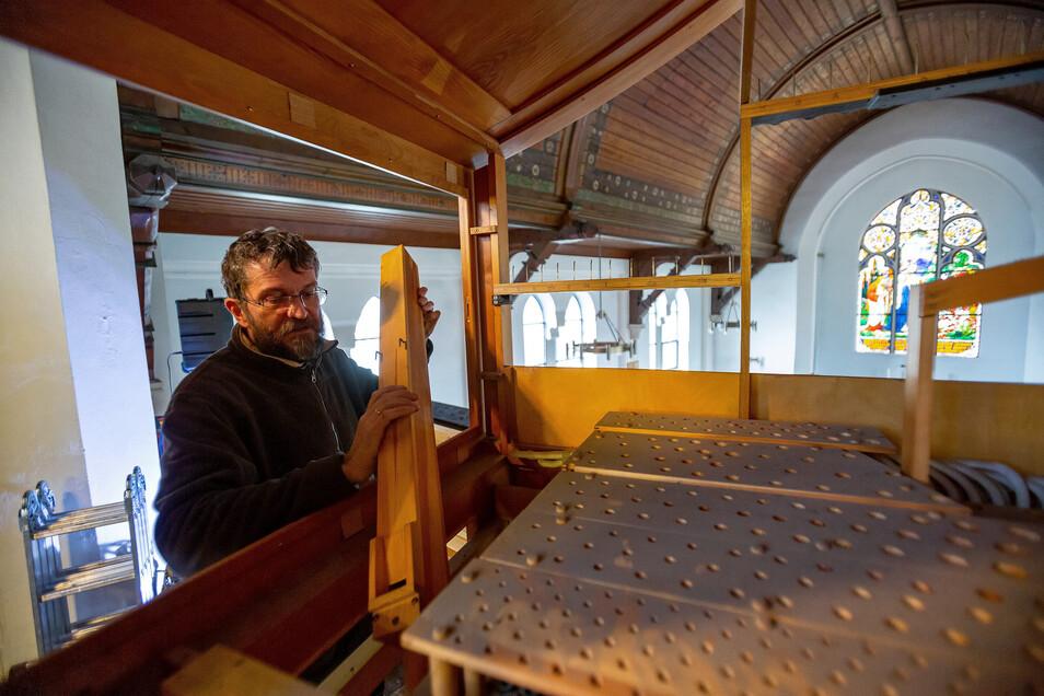 Orgelbauer Johannes Adler bei der Generalüberholung des Instruments in der Neustädter Friedhofskapelle.
