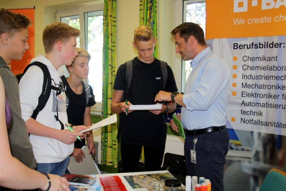 Umlagert war gestern der BASF-Stand. Die Schwarzheider bieten Dutzende Ausbildungsberufe in verschiedensten Bereichen.