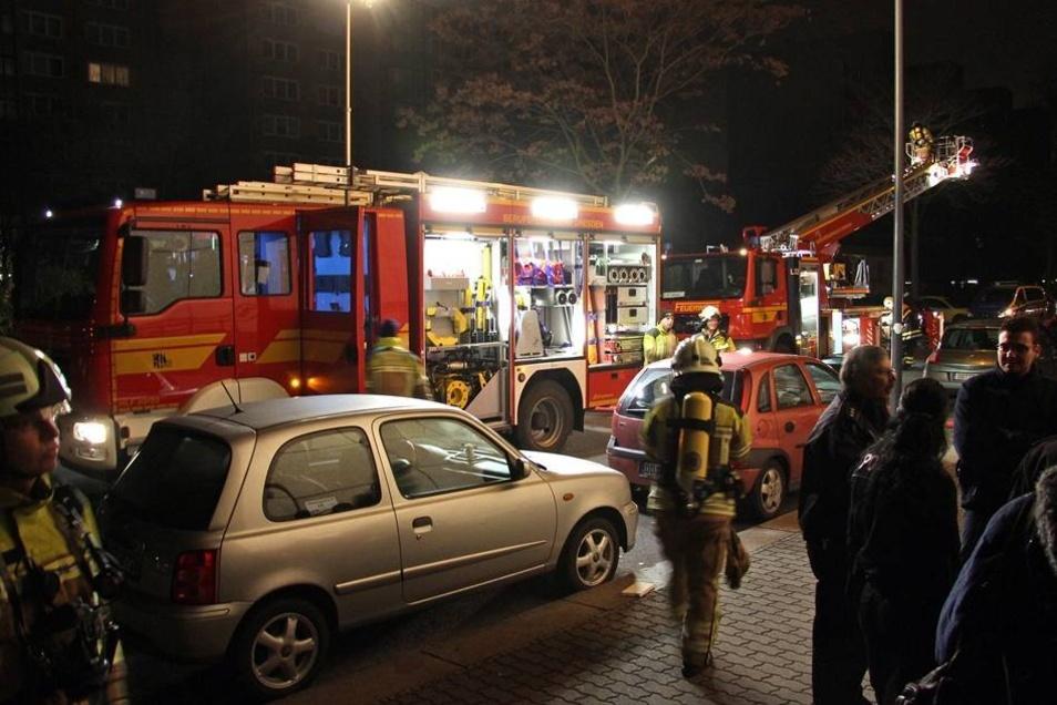Beim Eintreffen der Feuerwehr hatten Polizeibeamte bereits die Bewohner der umliegenden Wohnungen in Sicherheit gebracht.