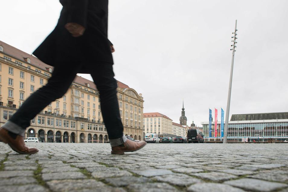 Am Dresdner Altmarkt hat ein Mann versucht, Juwelier-Mitarbeiter zu erpressen.