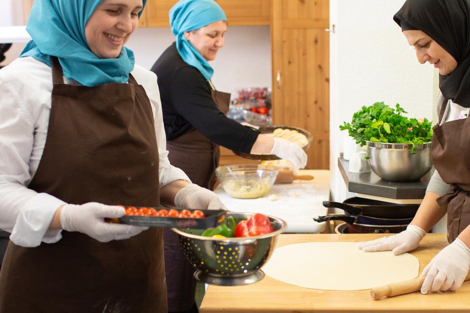 Aminat Usmakhadzhieva, Roza Maglaeva und Dagmara Kuzhulova (v.l.n.r.) kochen für das Dresdner Catering-Startup Zafran.