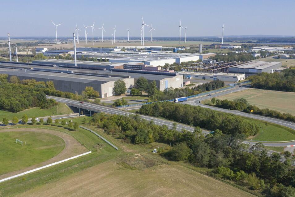 Das Mannesmannröhren-Werk in Zeithain im September 2020, im Vordergrund die B 169. Nun gibt es dort Computer-Schwierigkeiten.