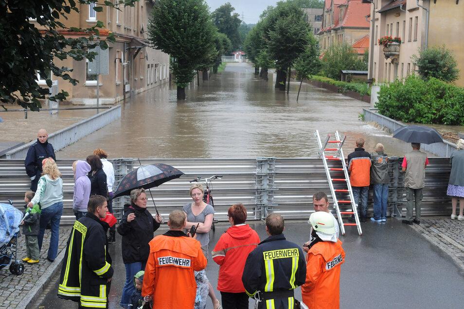 Diese Spundwand an der Ostritzer Bahnhofstraße hat verhindert, dass Wasser weiter in die Stadt dringen kann.