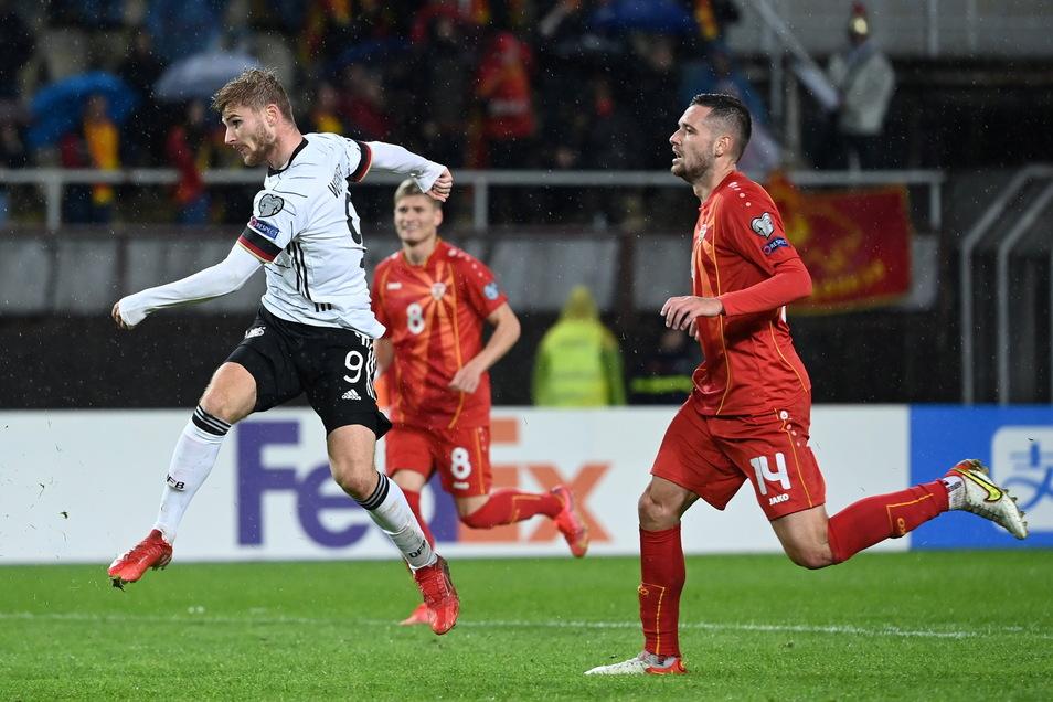 Timo Wernerzieht ab und trifft zum vorentscheidende 2:0. Nordmazedoniens Darko Velkovski (r) und Ezgjan Alioski können es nicht verhindern. Nur drei Minuten später trifft der Ex-Leipziger noch ein zweites Mal.