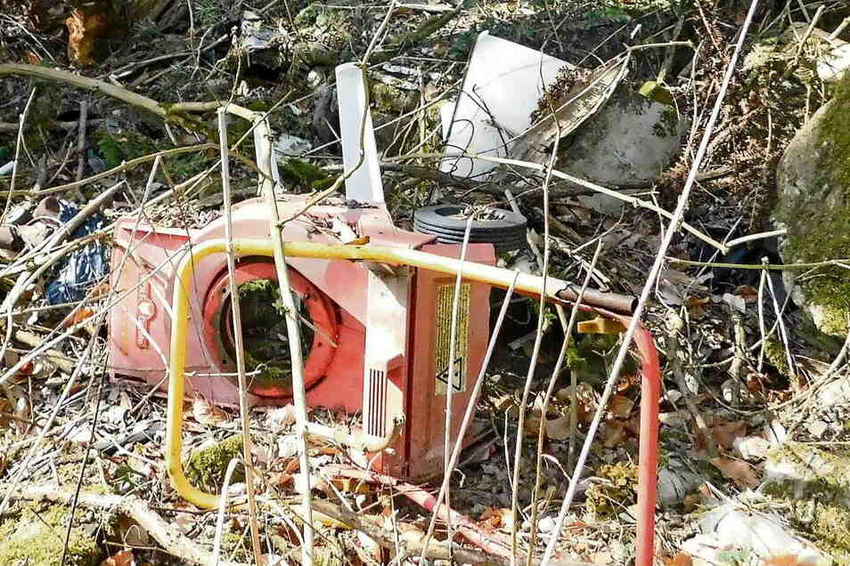 Mülltouristen haben selbst Rasenmäher im abgelegenen Bach-Tal entsorgt. Die Stadt räumt jetzt den Unrat weg.