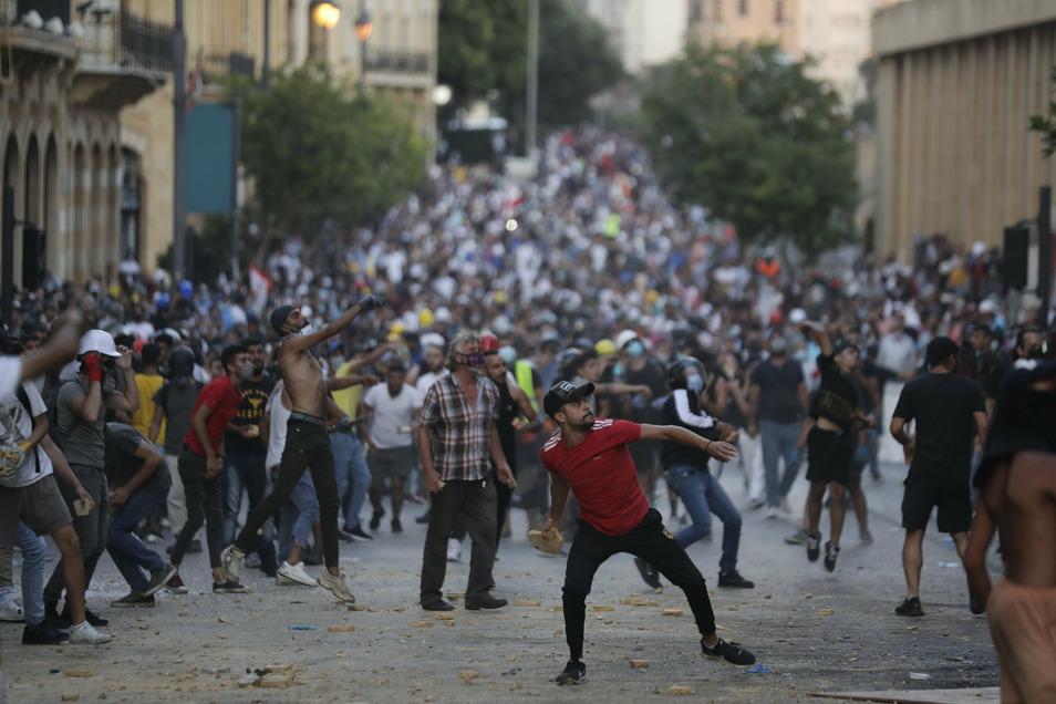 Demonstranten machen die Regierung für die Explosionen verantwortlich. Premier Diab kündigt deswegen vorgezogene Wahlen an.
