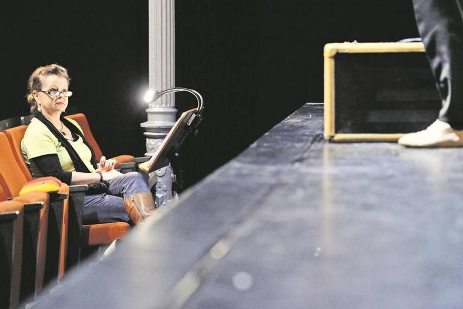 Erste Reihe, vierter Platz von links: Das ist Ramona Böhmes Platz während der Proben. In den Vorstellungen sitzt sie versteckt neben der Bühne.Fotos: Norbert Millauer