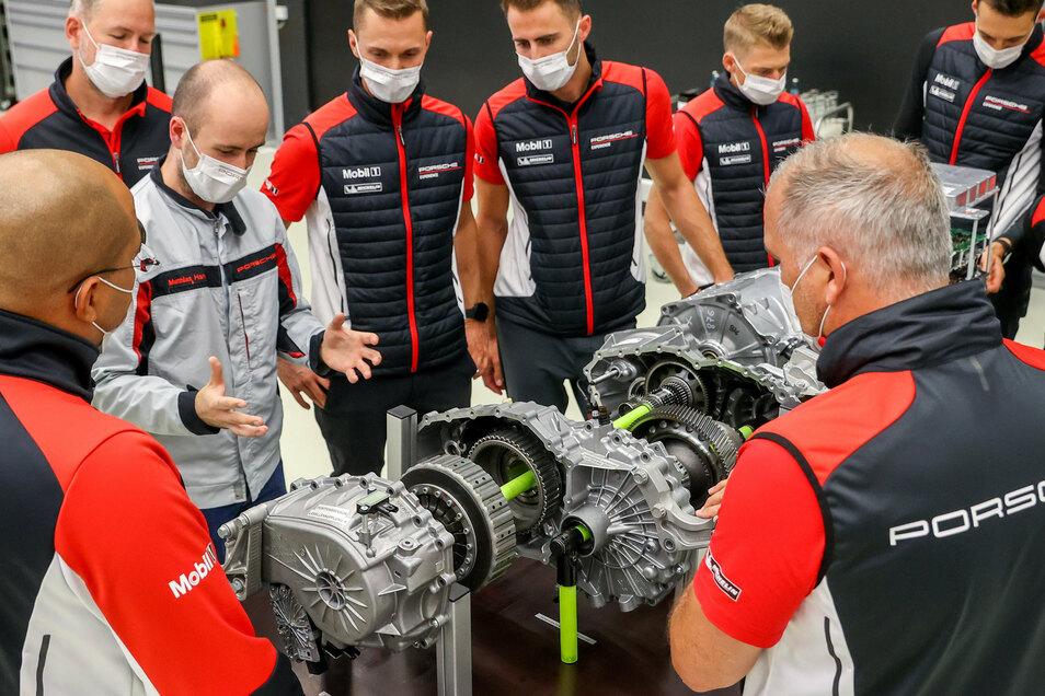 Matthias Hankel (3.v.l.), Trainer für elektrische Inbetriebnahme im Porsche Werk Leipzig, schult Mitarbeiter an einem Schulungsmotor.