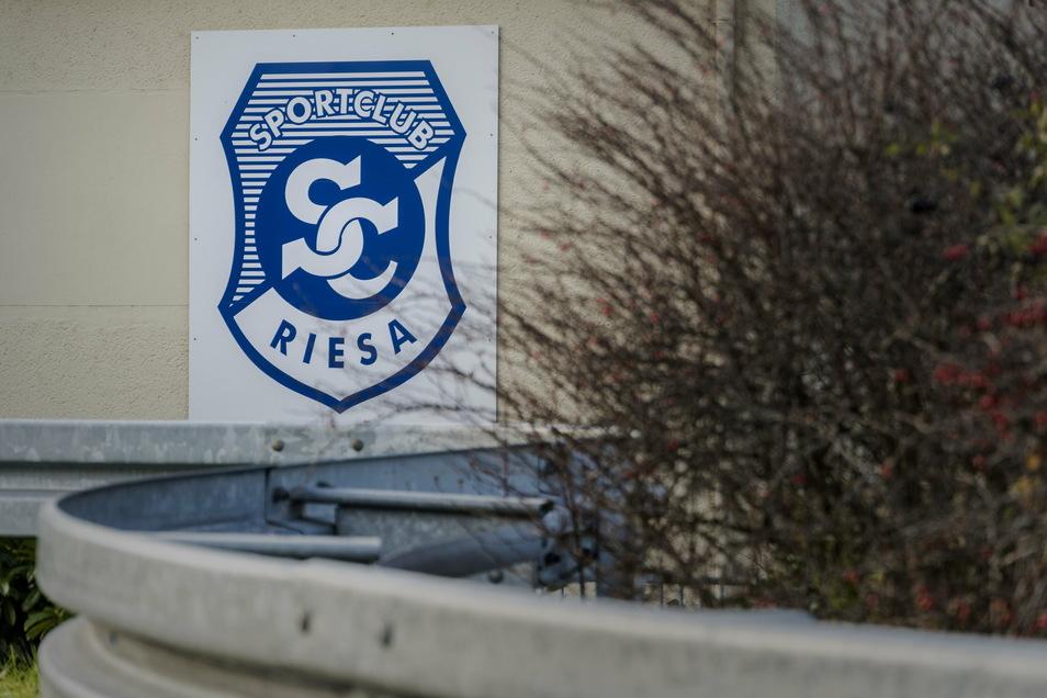 Das Emblem des SC Riesa an der Kegelbahn in der Nähe des Riesaer Bahnhofs. Das Verein zählte zuletzt deutlich weniger Mitglieder. Coronabedingte Austritte gab es aber kaum, sagt Vorstandsmitglied Sebastian Lohse.