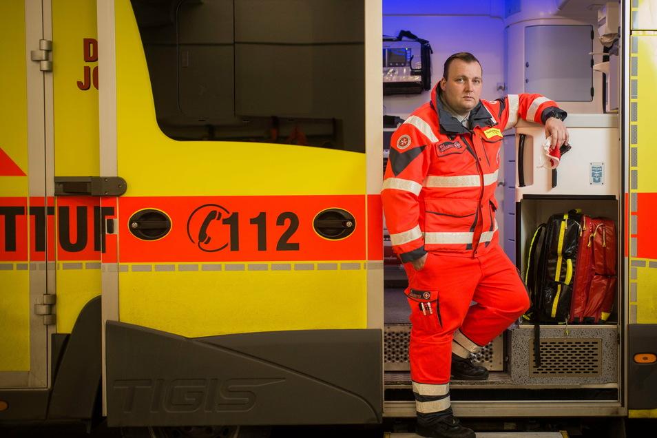 Ein Übergriff pro Monat: Tony Seifert-Kunath, Rettungsassistent bei den Johannitern, erlebt häufig Anfeindungen während seiner Einsätze.