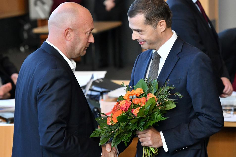 Mike Mohring, (r) CDU-Fraktionschef im Thüringer Landtag, gratuliert Thomas Kemmerich (l, FDP), dem neuen Thüringer Ministerpräsidenten.