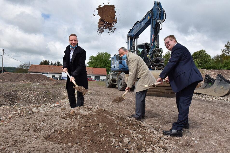 In Hänichen direkt an der B170 wird demnächst noch mehr Erde bewegt. Falk Heinze (v.l.) vom Baubetrieb Karl Köhler, Konsum-Vorstand Roger Ulke und Bürgermeister Christoph Fröse.