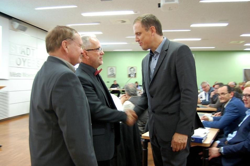 Bürgermeister Thomas Delling (links) wird im Januar in den Ruhestand gehen. Nachfolger wird der 41-jährige Mirko Pink, der hier Glückwünsche von Oberbürgermeister Stefan Skora entgegennimmt.