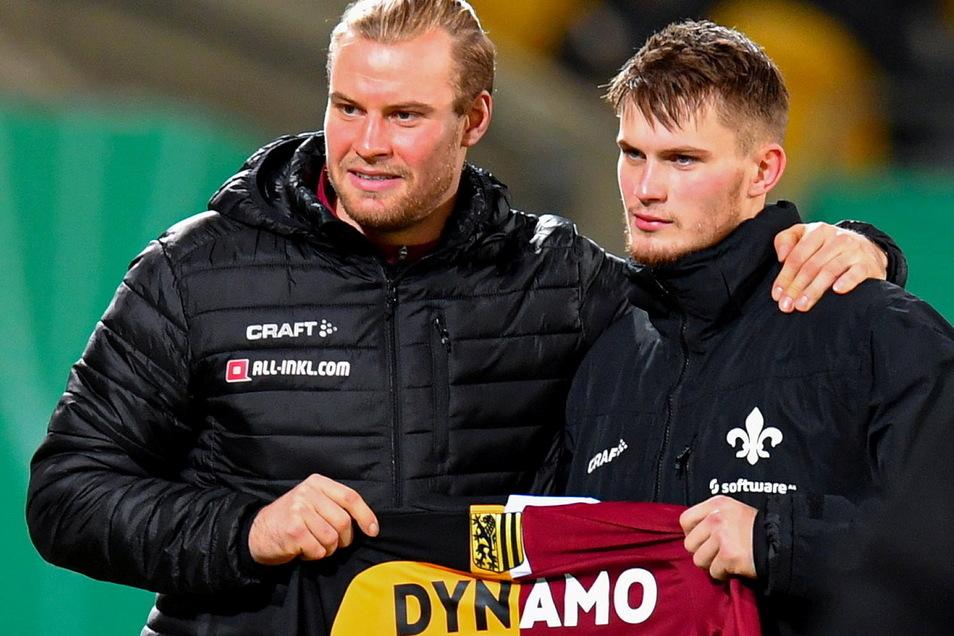 Ein emotionaler Moment: Am Rande des Pokalspiels präsentieren am 22. Dezember 2020 Sebastian (l.) und Lars Lukas Mai (damals bei Darmstadt 98) ein Trikot, das sie der einen Monat zuvor verstorbenen Mutter geschenkt hatten.