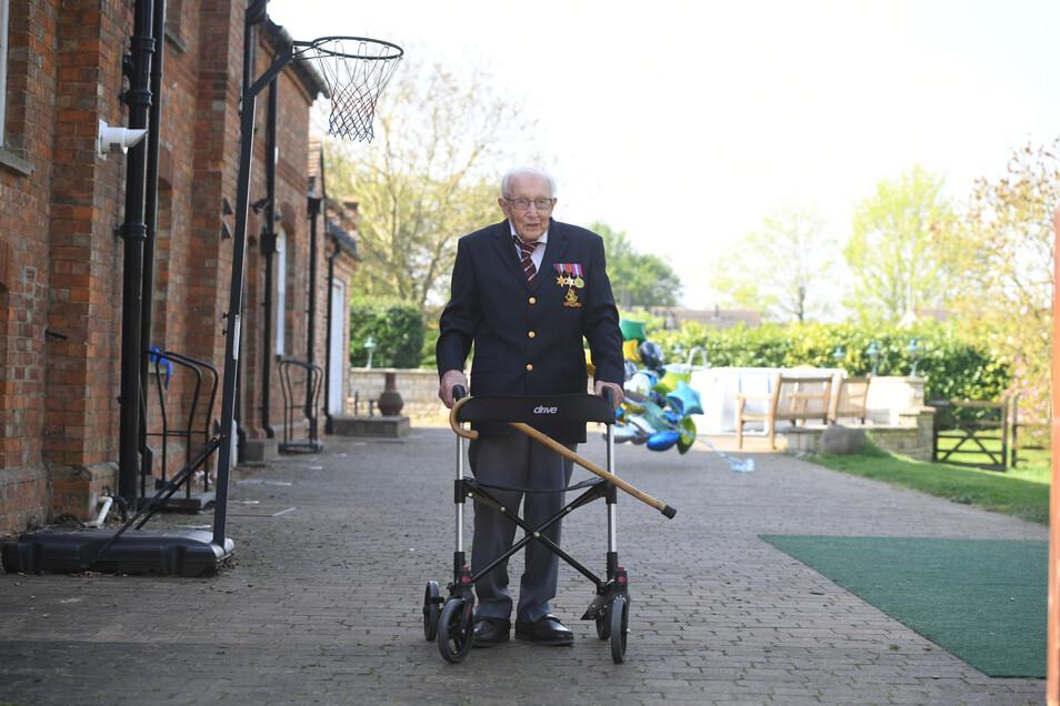 Der damals 99-jährige Kriegsveteran Tom Moore hat im April 2020 fast 100 Runden mit dem Rollator durch seinen Garten geschafft und so eine Millionenspende für den staatlichen Gesundheitsdienst NHS gesammelt.
