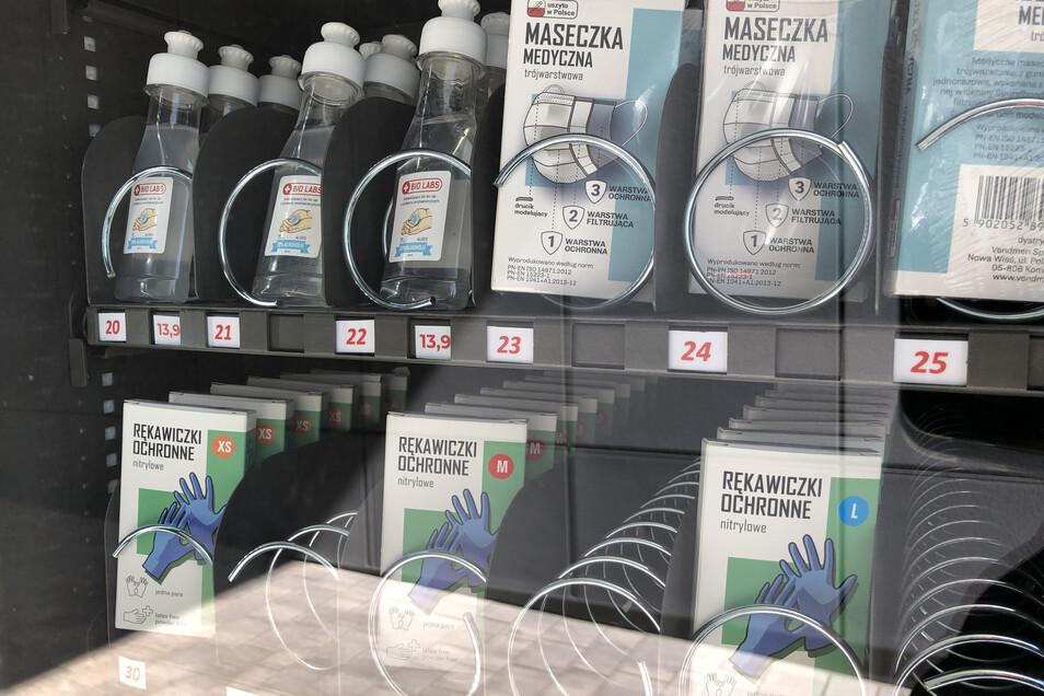 An diesem Automaten werden Schutzmasken, Einweg-Handschuhe und Desinfektionsmittelzum Verkauf angeboten.