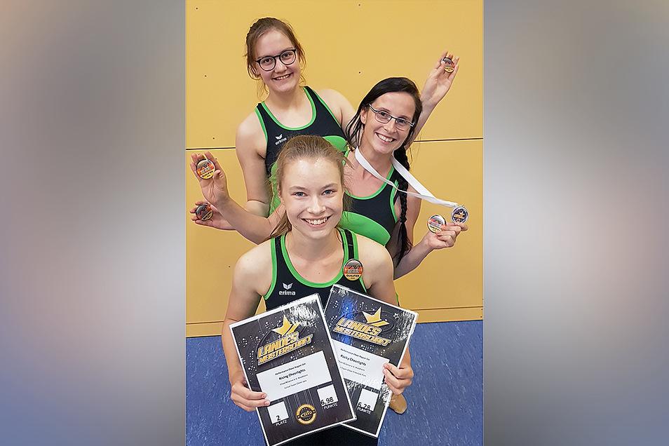 Die Trainerinnen des Vereins Cheer und Dance Waldheim präsentieren Urkunden und Medaillen von der Sachsenmeisterschaft.