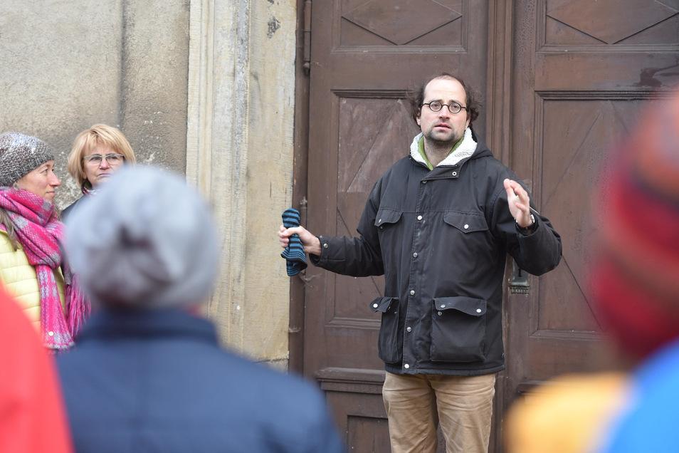 Vor der Oberoderwitzer Kirche begrüßte Pfarrer Gregor Reichenbach die Gäste. Die Station trug den Titel Glauben.