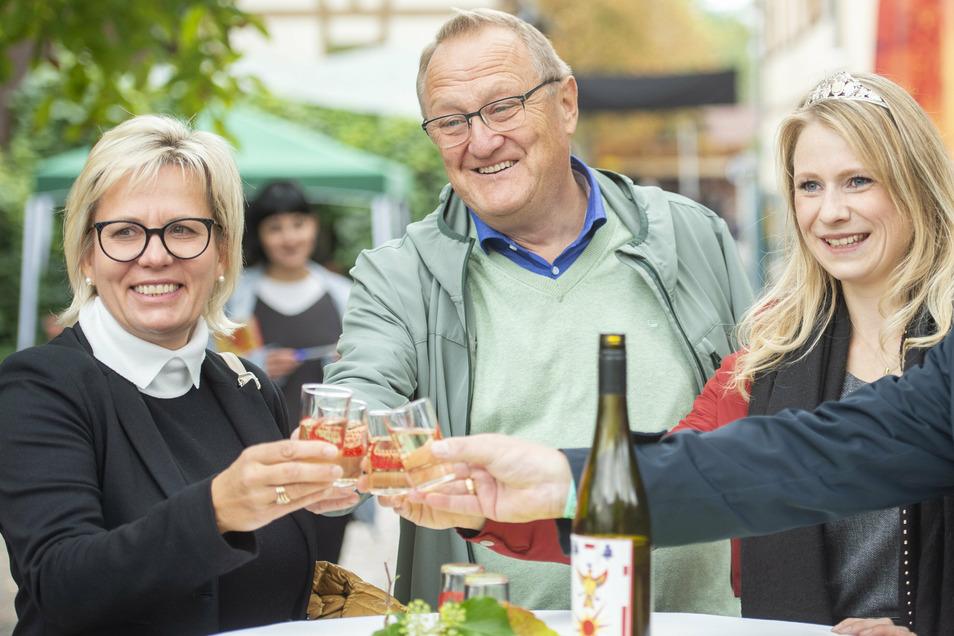 Auf ein Gläschen (von links): Sachsens Kulturministerin Barbara Klepsch, Radebeuls Ordnungsbürgermeister Winfried Lehmann und Sachsens Weinprinzessin Ann-Kathrin Schatzl.