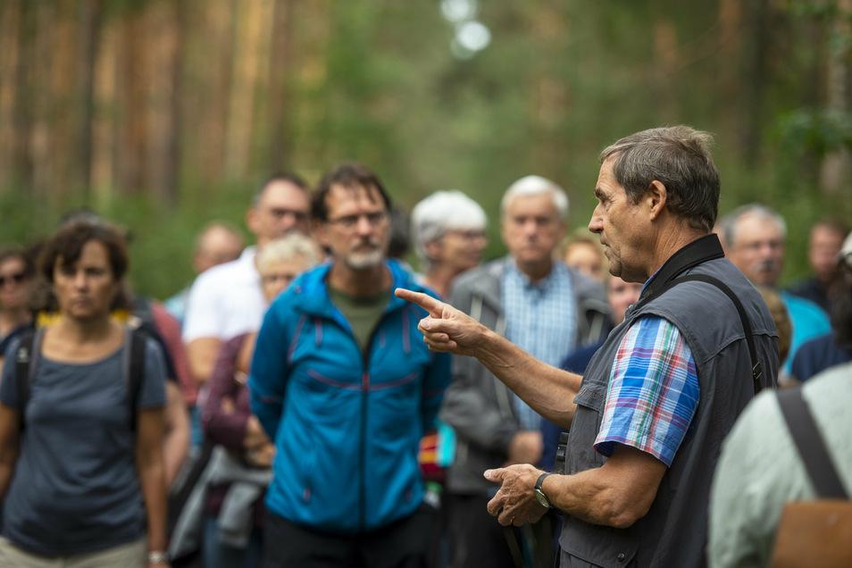 Insgesamt 120 Naturinteressierte wanderten am Sonntagnachmittag auf Einladung der örtlichen Bürgerinitiative zum Kiesabbaugebiet. Hier erläutert Matthias Schrack (r.) die Auswirkungen.