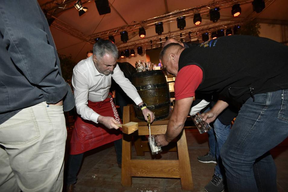 Die offizielle Eröffnung der Sause mit Bierfassanstich mit Oberbürgermeister Uwe Rumberg (li.).
