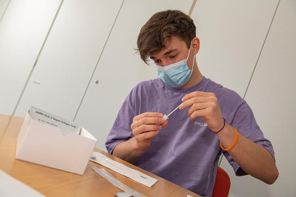 Ein Schüler testet sich vor dem Unterricht selbst auf das Corona-Virus