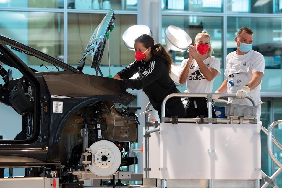 Sara Däbritz (l.) und Merle Frohms bei einem PR-Termin in der Gläsernen Manufaktur von Volkswagen in Dresden.