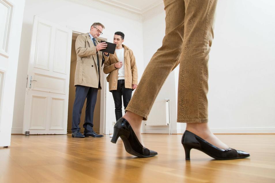 Immobilienkäufer müssen den Makler nicht mehr allein bezahlen: Ab dem 23. Dezember werden auch beim Verkauf privater Immobilien Kosten geteilt.