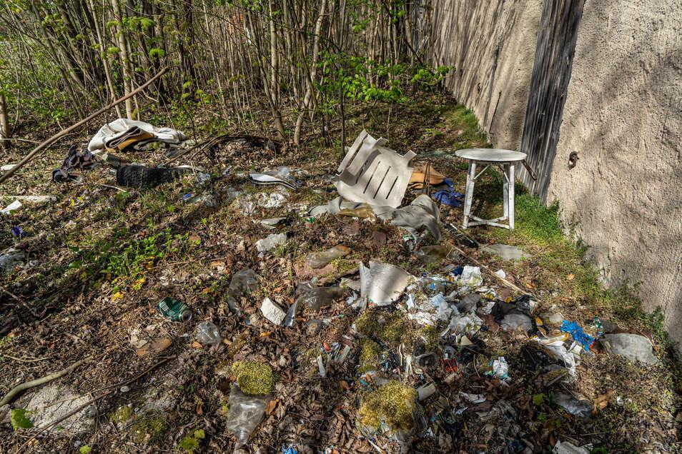 Eine alte Klärgrube dient zur Müllentsorgung. Jederzeit könnte die Grube nachsacken.