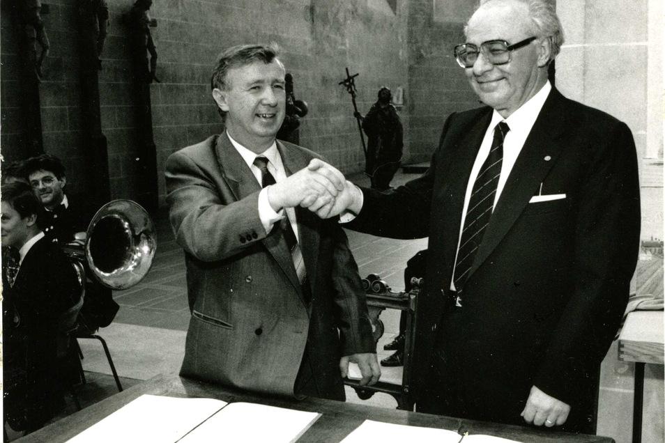 Jürgen Kloß mit Villingen-Schwenningens OB Gerhard Gebauer nach Unterzeichnung der Urkunde zur Städtepartnerschaft 1990.