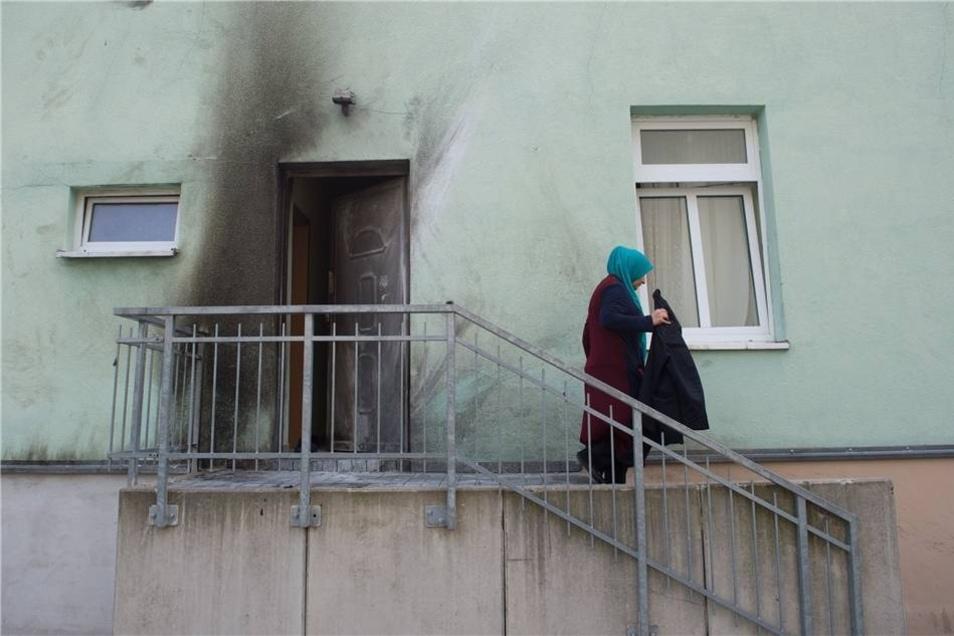 Eine Frau verlässt die Fatih Camii Moschee durch den zerstörten Eingang.