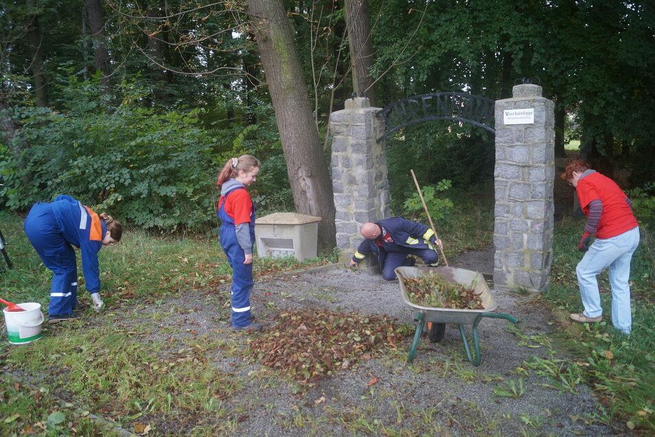 Im Rahmen der 48-Stunden-Aktion befreite die Guttauer Jugendfeuerwehr in diesem Jahr unter anderem den Kleinsaubernitzer Ehrenhain von Dreck und Unrat.
