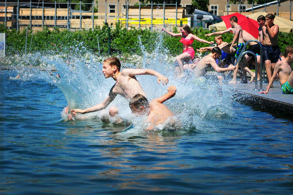 Gerade die letzten zwei Schultage sorgen dafür, dass das Naturbad in Großenhain rappelvoll ist. Viele Schulen gehen mit den Schülern baden.