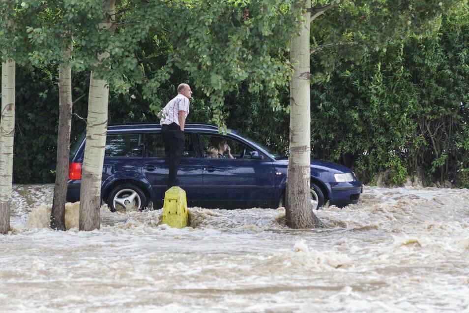 Bange Minuten in Hagenwerder: Das Wasser kam so schnell, dass die Menschen davon völlig überrascht wurden – und sich wie hier plötzlich in gefährlichen Situationen befanden.