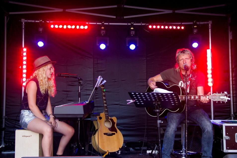 """Die kleine Besetzung der """"Müller-Mugge""""  startete den Musikreigen auf der kleinen Bühne beim Café Emilia. Foto: PR / Konrad Skatula"""