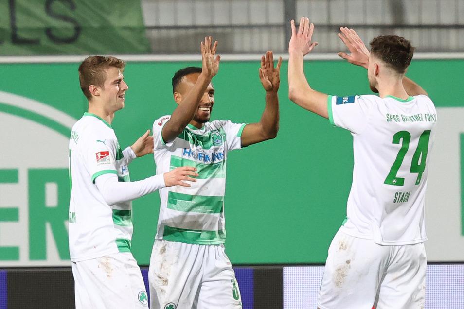 Der Fürther Julian Green (Mitte) jubelt mit seinen Kollegen Sebastian Ernst (l) und Anton Stach über seinen Treffer gegen Erzgebirge Aue im Januar.