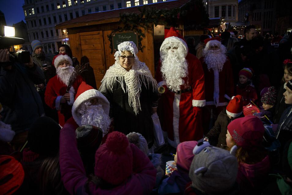 Das Bild zeigt Barbara Frühauf im Dezember 2014 zwischen Weihnachtsmännern. Damals organisierte sie die Weihnachtsmeile genau an der gleichen Stelle auf dem Postplatz.