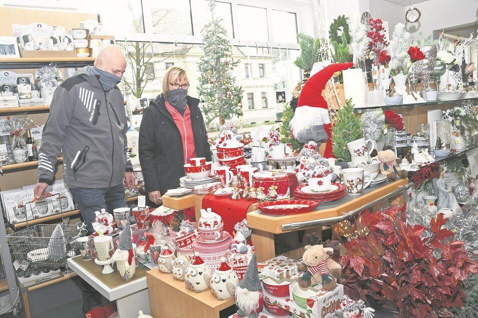 Das Ehepaar Katrin und Ralf Weimann schaut sich im Gartencenter von Andreas Kaulfuß in der Muskauer Straße das vielfältige Sortiment an Weihnachtsartikeln während des verkaufsoffenen Sonnabends am Vortag des 3. Advents sowie des bevorstehenden harten
