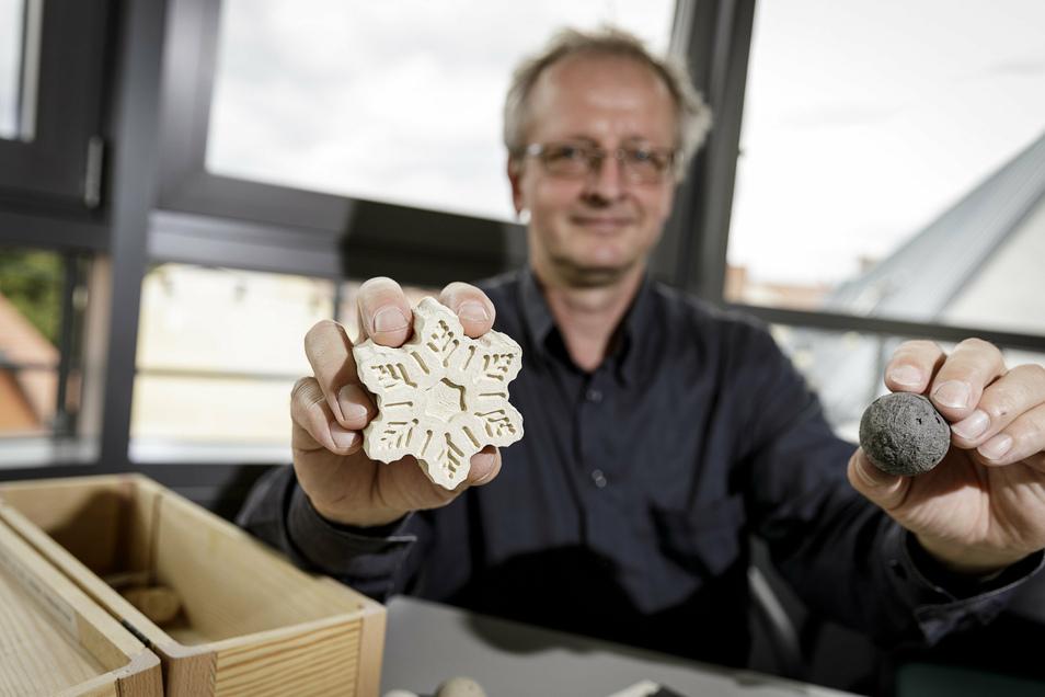 Bernd Wacker zeigt Teile aus dem Schaumstoff, den er aus Lederabfällen herstellt.