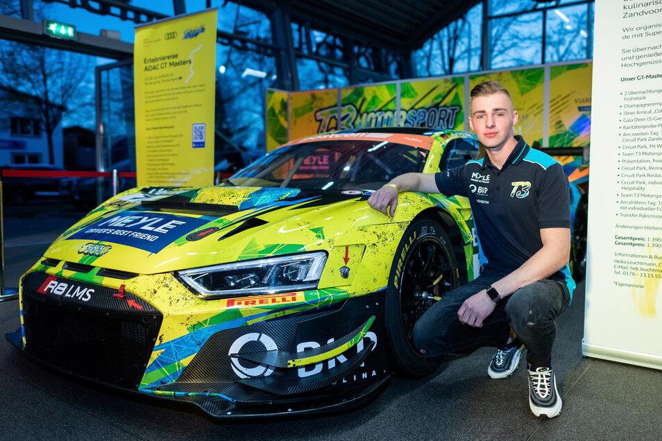Sichtbar stolz ist der 19-jährige Maximilian Paul auf seinen neuen Arbeitsplatz. Der Audi R8 GT3 Evo leistet satte 600 PS.