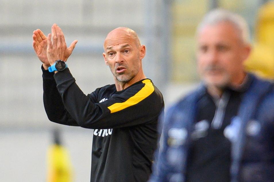 Applaus gibt es von Alexander Schmidt für seine Mannschaft, einen kleinen Beifall hat sich aber auch Dynamos neuer Trainer verdient. Findet zumindest Duisburgs Trainer Pavel Dotchev (rechts).