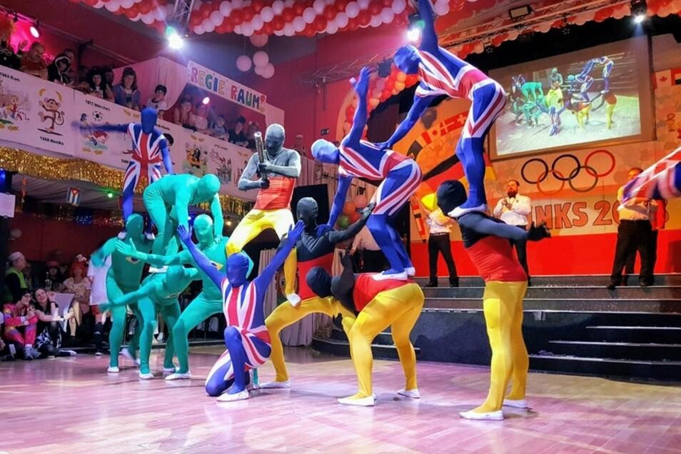 """Lustige Tanzeinlagen liefern die """"Strinkser Tanzlegenden"""", wie hier 2018 zum Thema Olympia bei den Strehlaer Karnevalssitzungen, schon länger."""