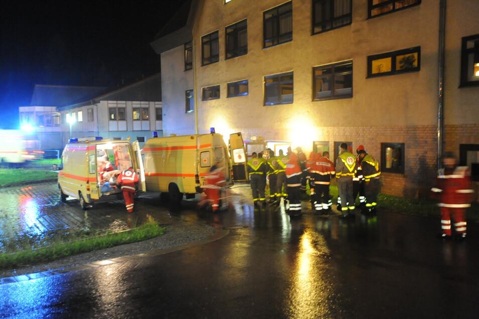 Sanitäter der Johanniter und Malteser evakuierten die Bewohner des Franckehauses im Martinshof Rothenburg.