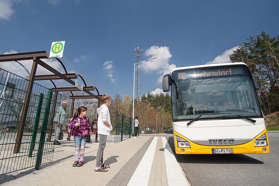 An dieser Haltestelle in Sohland gibt es bereits ein Leitsystem für Blinde - an anderen Bussteigen, auch in Bautzen, muss nachgerüstet werden.